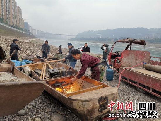 渔民们正在拆解渔船。