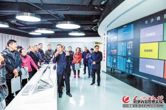 2018年9月,湖南首个拥有自主知识产权的媒体集团中央厨房在长沙晚报上线,吸引各地媒体代表前来参观、学习。长沙晚报全媒体记者 陈飞 摄