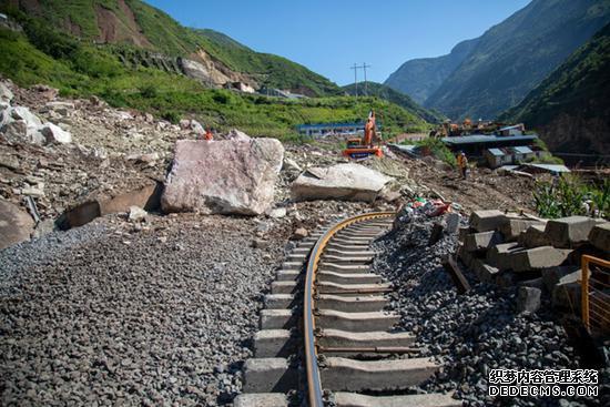 资料图:今年8月,成昆铁路受水害塌方中断。记者王云 何勤华摄